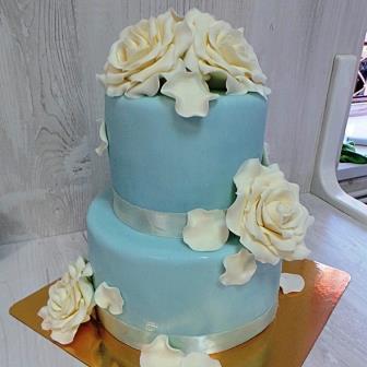 Голубой свадебный торт с белыми цветами