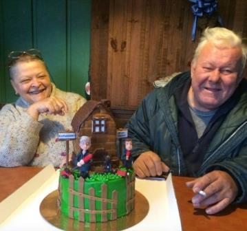 Родители с тортом