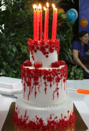Бело-красный торт со свечками